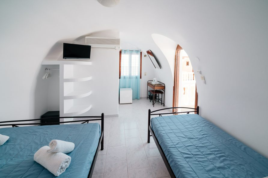 Cave Style Triple Room with View